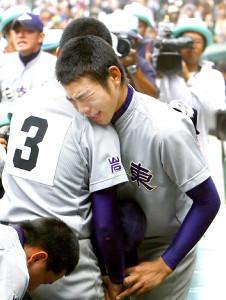 準決勝で敗れた花巻東・菊池雄星がチームメートと抱き合い号泣