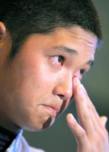 甲子園出場を逃し、涙を拭う花巻東のエース・大谷翔平