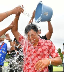 ツアー初優勝を果たし、仲間から水を掛けられる堀川未来夢