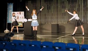 NMB48劇場で「山本望叶生誕祭」を行った山本望叶(中央)と祝福に駆けつけた同期の塩月希依音(左)とキャプテンの小嶋花梨(C)NMB48