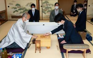 スーツ姿で対局に臨む藤井七段(右)と、和服で迎え撃つ渡辺明棋聖