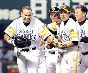 サヨナラ本塁打を放ったペタジーニ(左)がナインに祝福されて笑顔で生還(2010年6月9日撮影)