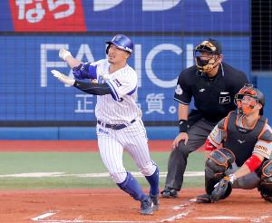 右越えに初回先頭打者本塁打を放つ梶谷隆幸(捕手・炭谷銀仁朗)
