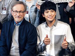 スティーブン・スピルバーグ監督(左)の映画にも出演した森崎