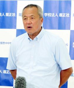 取材に応じる履正社・岡田龍生監督