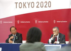 会見する森喜朗会長(右)と武藤敏郎事務総長