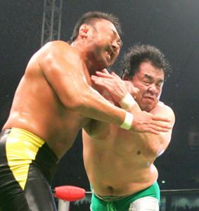 川田利明(左)にエルボーを見舞う三沢光晴さん(2005年7月18日・東京ドーム)