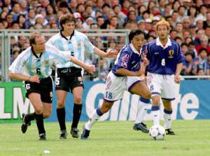 日本・アルゼンチン戦で、必死にボールを追いかける城彰二(中央、右は中田英寿)