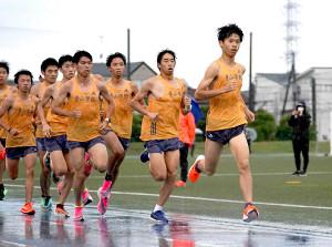 雨の中で5000メートルタイムトライアルを行う青学大の選手たち(先頭は竹石尚人)
