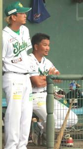 開幕戦で白星を挙げた堺・大西監督(右)