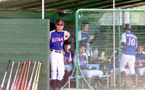 ベンチから選手に指示を送る北海道ガスの渡部監督代行