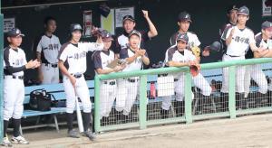 弘前学院聖愛戦の4回、同点に追いつき盛り上がる一関学院ベンチ(カメラ・小林 泰斗)