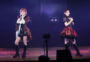 劇場公演を行ったAKB48の向井地美音(右)と岡田奈々