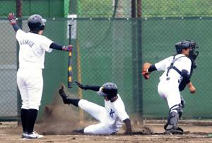 1回2死二、三塁、三塁から本塁に突進して生還する金田(中央)