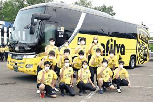 ラッピングされた新クラブバスの前で健闘を誓うサフィルヴァ北海道の選手たち