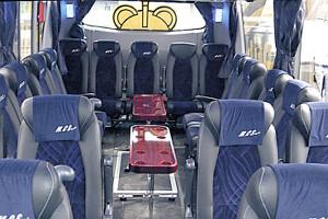 クラブバス後方座席は、サロンスペースが設けられている