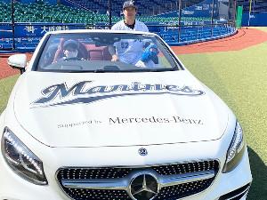 「メルセデス・ベンツ日本」提供のリリーフカーに試乗した益田直也投手=球団提供