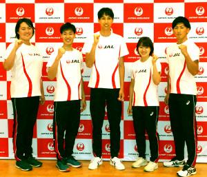 JAL本社で取材にに応じた(左から)北口榛花、加納虹輝、戸辺直人、土井杏南、山本凌雅