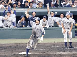 1回戦の長崎日大戦で、花巻東は8回裏無死満塁から、佐々木大が走者一掃の二塁打を放ち、逆転した