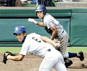 準決勝の明豊戦、10回表に花巻東の川村主将が中前に決勝打を放った