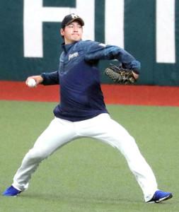 キャッチボールで調整する開幕投手・有原(カメラ・清水 武)