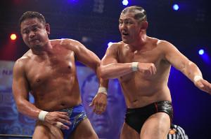 永田裕志(左)にエルボーをぶち込む鈴木みのる(新日本プロレス提供)