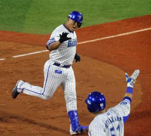 2回1死、先制のソロ本塁打を放ったロペスは次打者の宮崎(手前)に向かってポーズを決める