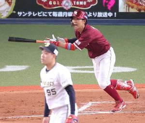 8回無死満塁、鈴木大が通算1000安打となる右前適時打を放つ(カメラ・岩崎 龍一)