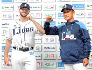 勝利投手のニール(左)を祝福する辻監督