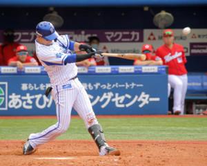 4回2死一、二塁、右前に先制適時打を放つ伊藤光