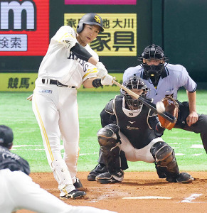 センターへ同点ソロ本塁打を放つ柳田悠岐
