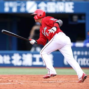8回2死一、二塁、逆転の2点二塁打を放った長野久義