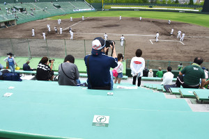 県営富山野球場のスタンドでは「着席シール」が張られた席に座り、間隔を開けて応援が行われた