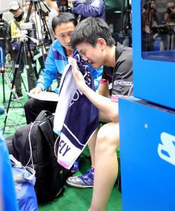 17年、ジュニア男子準々決勝敗退で泣き崩れる張本(右)を慰めるコーチの宇さん