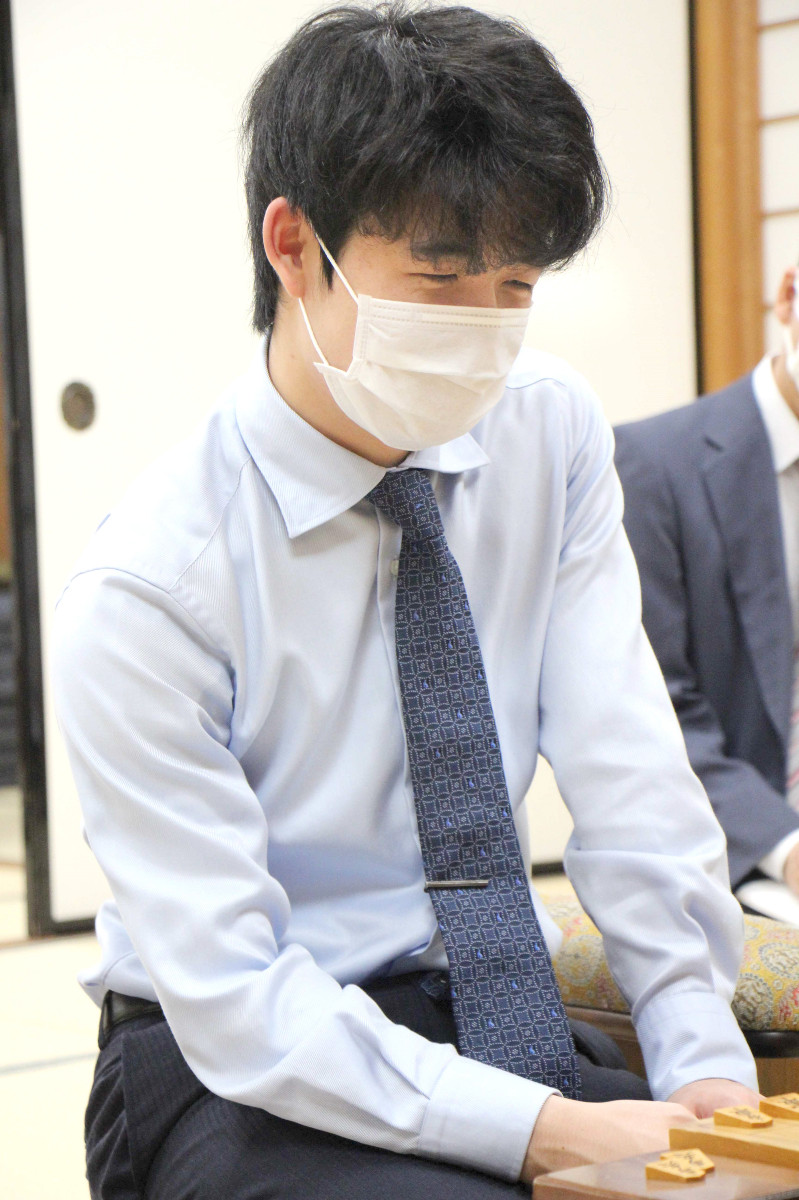 師匠に勝利し、マスク越しに笑顔を見せる藤井聡太七段(日本将棋連盟提供)