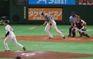5回2死一塁、ニゴロに打ち取られたボーア(投手・田口麗斗、捕手・炭谷銀仁朗)(カメラ・竜田 卓)