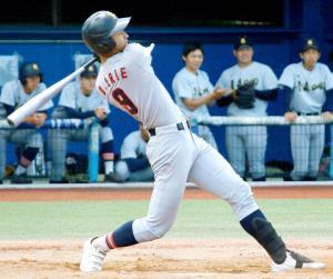 ドジャースのベリンジャーのフォームを意識する仙台育英・入江は6回に中前打を放つ