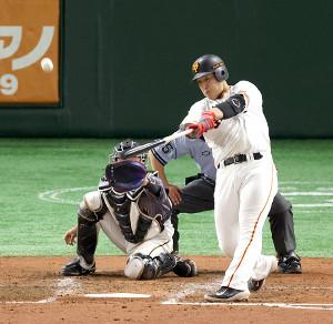 4回無死一塁、岡本和真が右中間2ラン本塁打