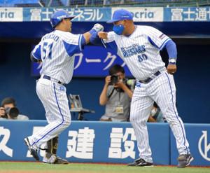 9回無死満塁、センターへの2点二塁打で逆転サヨナラ勝ちを決めた宮崎敏郎(左)をラミレス監督(右)はエルボータッチで迎えた