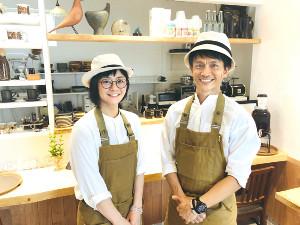サッカー1級審判員の大塚晴弘さん(右)はカフェを経営しながら審判の仕事も両立している(左は妻の好美さん、本人提供)