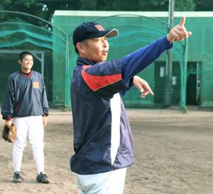 練習を指揮する浜松学院の吉田監督