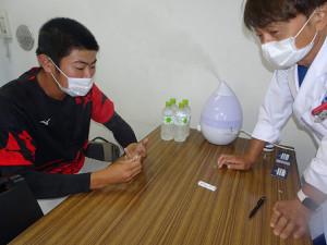 試合前に新型コロナウイルスの抗体検査を受けた亜大・青山選手
