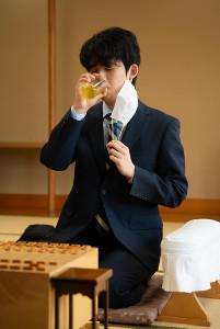 王位戦挑戦者決定戦の開始前、お茶を飲む藤井聡太七段(代表撮影・日本将棋連盟)