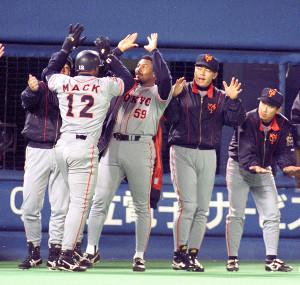 横浜ー巨人6回戦、6回2死一二塁、本塁打のマックを迎えるガルベ