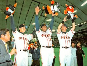 巨人・阪神1回戦。ヒーローインタビューに立つ(左から)巨人・高橋由伸、バルビーノ・ガルベス、元木大介