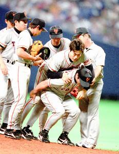 中日・巨人9回戦。7回1死、中日打者の打球を右足首に当て、杉山茂トレーニングコーチに背負われて退場する巨人・上原浩治(右から3人目)