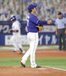 6回無死、宮崎敏郎(左)に左越えソロ本塁打を打たれた柳裕也