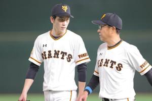 初回を前に宮本和知コーチの話を聞く戸郷翔征(左)(カメラ・橋口 真)