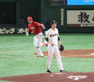 4回2死、鈴木誠也(左)を遊ゴロに打ち取る戸郷翔征(カメラ・宮崎 亮太)