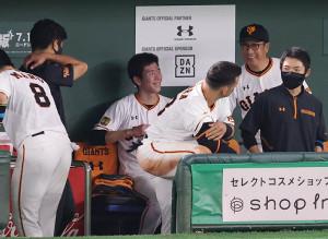 6回を投げ終え、ベンチで笑顔を見せる戸郷翔征(中)(カメラ・宮崎 亮太)